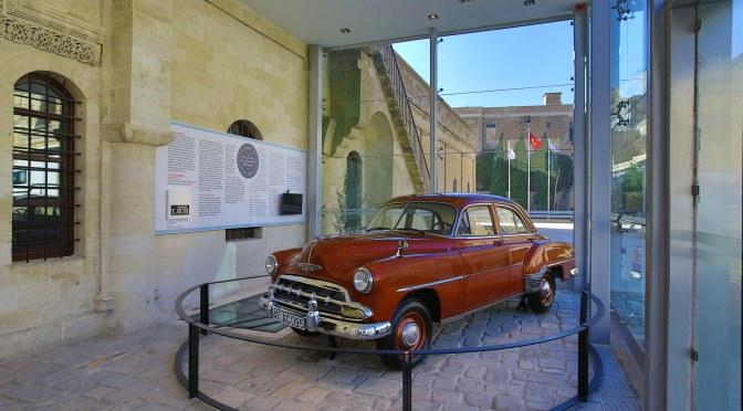 Sakıp Sabancı Mardin Kent Müzesi koleksiyonunda bir otomobil
